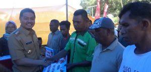 walikota kendari menyerahkan bantuan kepada nelayan di Kecamatan nambo.