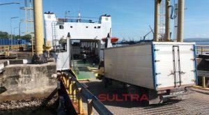 kegiatan bongkar muat di pelabuhan feri baubau menjelang lebaran