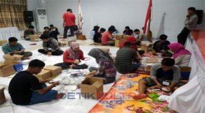 Foto warga sedang melipat surat suara