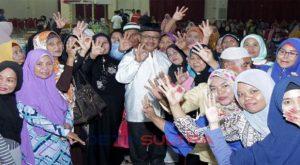 Rusda Mahmud berfoto bersama tim sukses saat acara buka puasa bersama