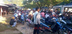 Antrian Sepda Motor di Pelabuhan Torobulu