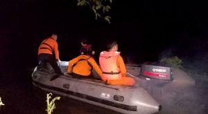 basarnas melakukan pencarian korban yang tenggelam di sungai lahambuti