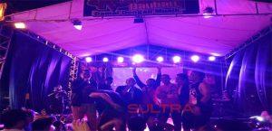 Kapolres Baubau, AKBP Daniel Widya Mucharam, dan Dandim 1413 Buton, Letkol Inf Davy, saat bernyanyi bersama sejumlah musisi lokal di Panggung Rockin Baubau 2018.