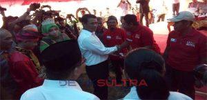 Menteri Pertanian, Amran Sulaiman menyerahkan bantuan pertanian secara simbolis.