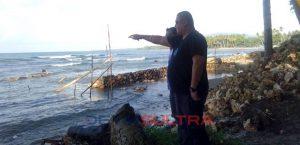 Staf Ahli Presiden Ruri Umar Saef Meninjau Lokasi Pembuatan Pengaman Pantai di desa Waworope Konkep