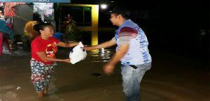 Ketua RAGANA Sultra, Supyan Hadi, serahkan bantuan kepada korban banjir di Koltim.