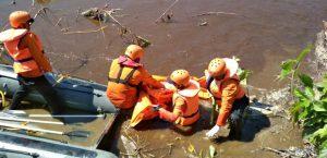 Tim SAR saat melakukan pencarian pemancing yang hilang.