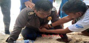 Bripka Usman saat mendapatkan pertolongan pertama