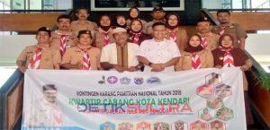 Plt Walikota Kendari Sulkarnain Kadir bersama anggota pramuka