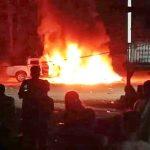 Masyarakat Membakar Mobil Polisi