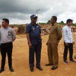 Bupati Buteng, H. Samahudin saat melakukan pemantauan di lokasi pelebaran jalan