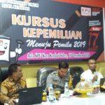 Ketua Bawaslu Kota Kendari, Sahinuddin (kiri) saat mengikuti Kursus Pemilihan di Aula Komisi Pemilihan Umum (KPU) Kota Kendari