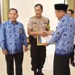 Kapolres Kolut, AKBP Susilo Setiawan saat menerima penghargaan pengguna anggaran terbaik