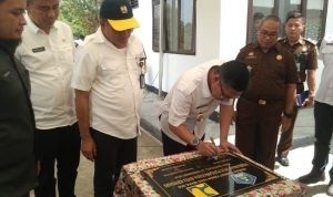 Plt Walikota Kendari Sulkarnain Kadir menandatangani prasasti peresmian IPLT Pulongida,
