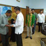 Plt Walikota Kendari Sulkarnain, menyerahkan dana ganti rugi pada perwakilan warga Jalan Chairil Anwar