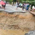 Jembatan Trans Sulawesi di Kolut Roboh, Puluhan Rumah Terendam