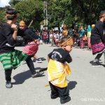 Silat Khas Muna Barat Meriahkan Pawai Budaya HUT Kota Kendari Ke-188