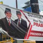 Spanduk Ucapan Selamat Prabowo-Sandi Jadi Presiden Terpasang Depan Mall